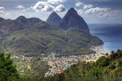 St. Lucia: Blick auf das Wahrzeichen - die Twin Pitons.