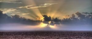 Sonnenaufgang frühmorgens in der Karibik.