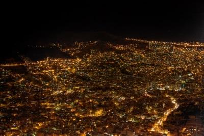 Blick auf La Paz bei Nacht, Bolivien.