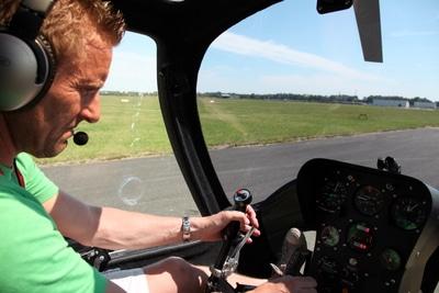 Carsten Runge checkt die Instrumente im Gyrocopter.