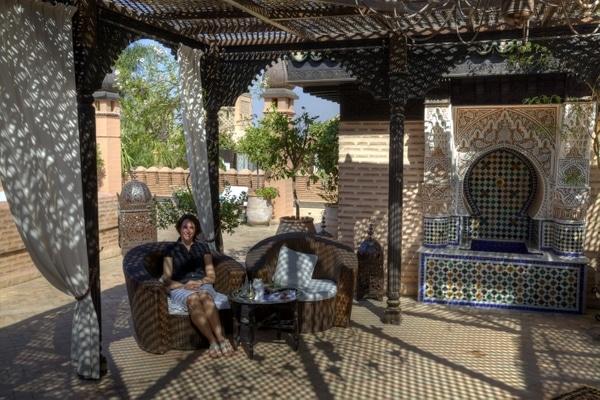 Nikki entspannt auf der Dachterrasse des La Sultana Hotels in Marrakesch.