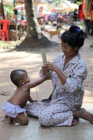 Eine kambodschanische Mutter mit ihrem einjährigen Kind. Sie leben unter einfachsten Bedingungen.