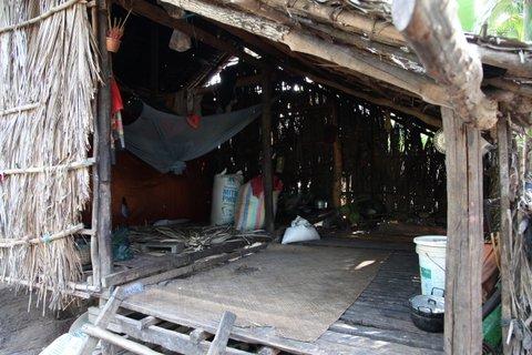 In dieser ärmlichen Hütte wohnt die Großmutter einer Famile. Ein uraltes Netz soll vor Mücken schützen.