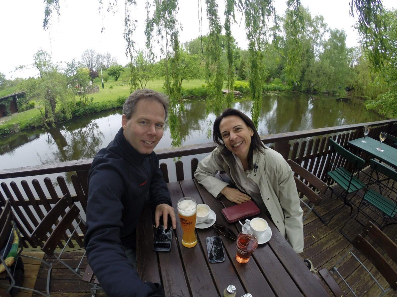 Die Reit bei Hamburg. Nikki und Michi machen Pause im Biergarten.