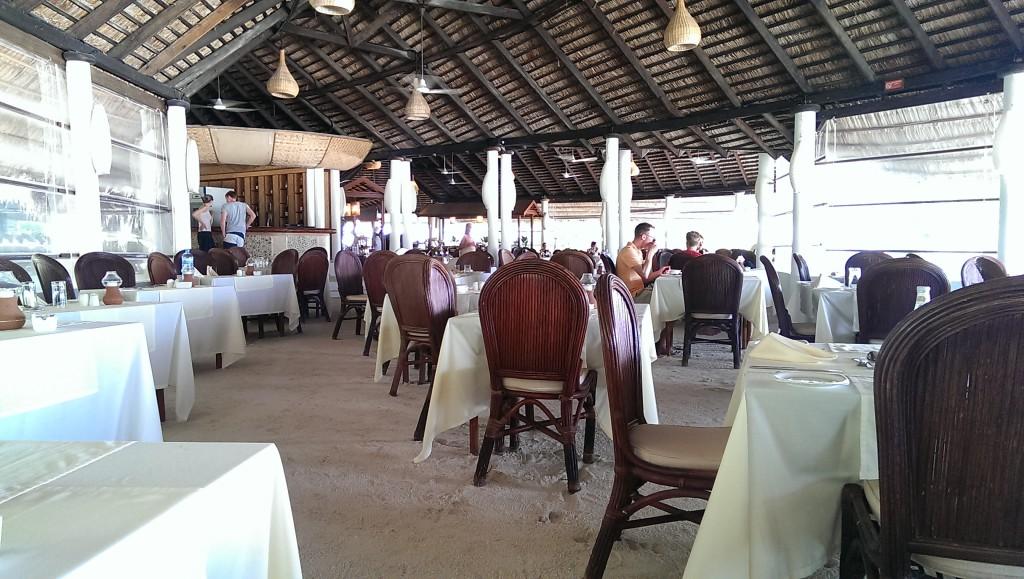 Barfuß im Restaurant auf Angaga