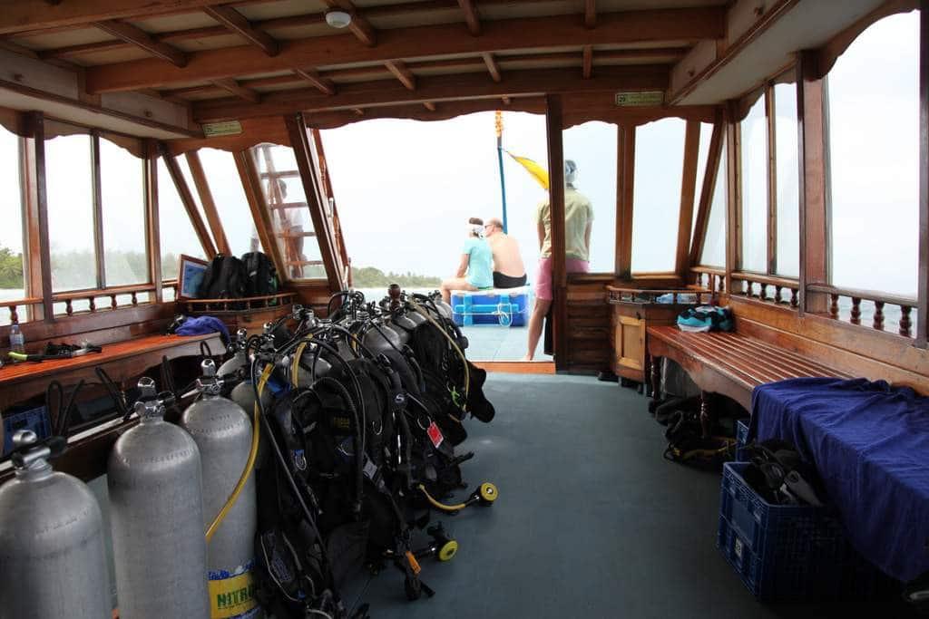 Warten auf den Walhai an Bord des Dhonis.