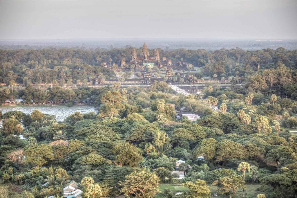 Angkor Wat, der berühmte Tempel in einer Aufnahme von oben. Gut zu sehen ist der über 150 Meter breite Wassergraben, der die Anlage umschließt.