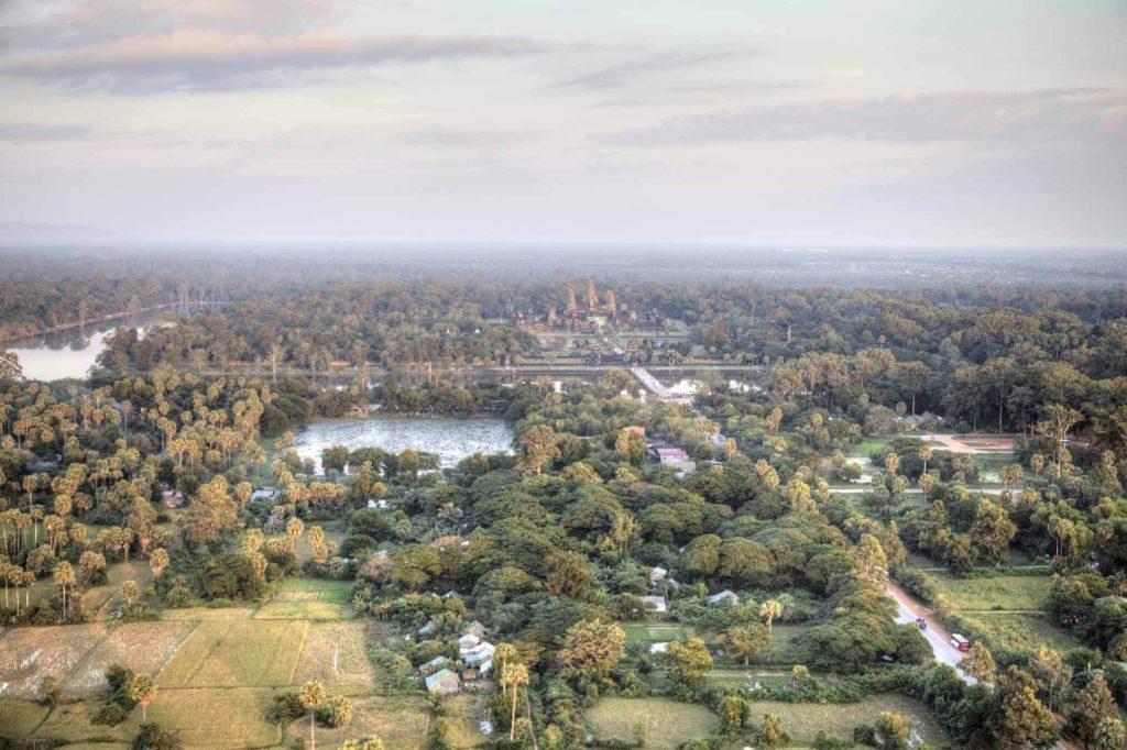 Luftaufnahme. Vom Angkor Ballon aus kann man von Angkor Thom bis nach Angkor Wat schauen. Gut zu sehen ist auch der breite Graben der den Tempelbereich umschließt.