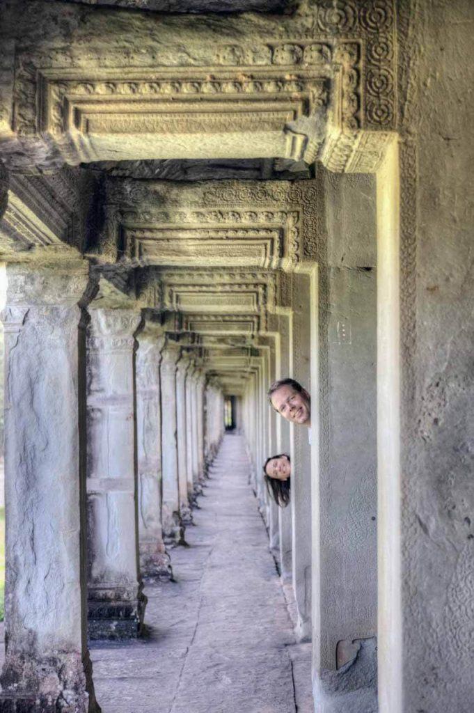 Kuckuck, keiner da? Ein menschenleeres Foto wie dieses ist ab mittags nicht mehr zu machen. Die vielen Galerien mit ihren Reliefs in Angkor Wat sind überwältigend.