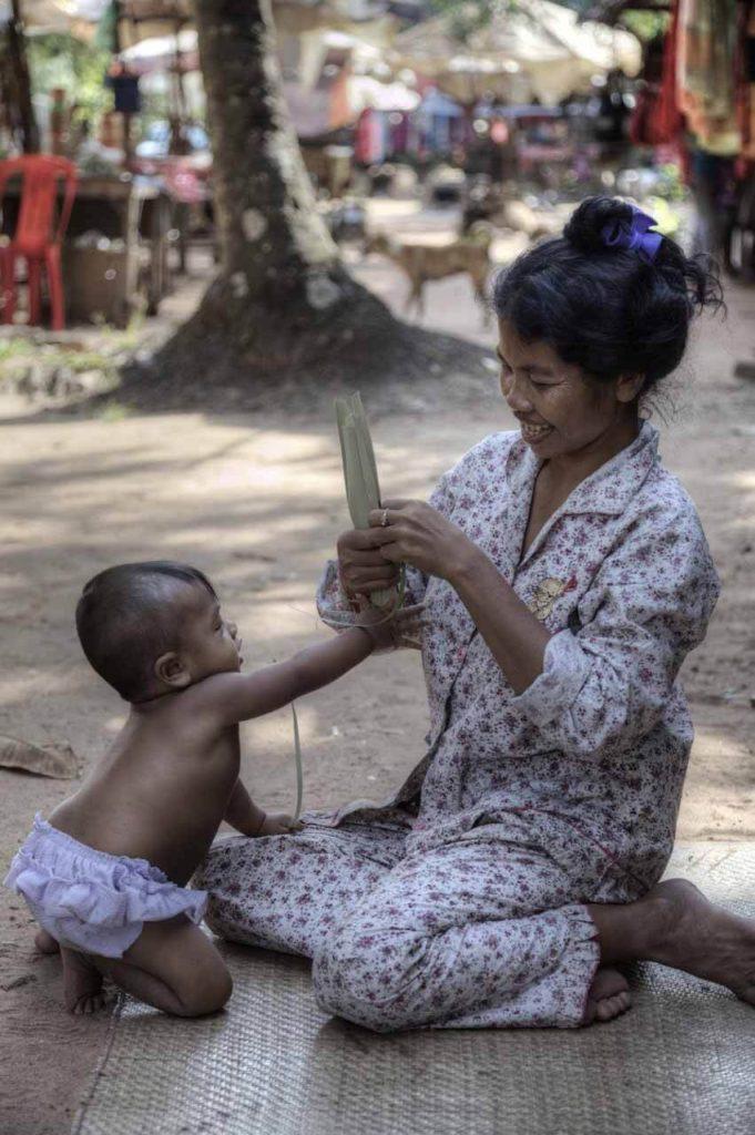 Vom Kleinkind bis zur Oma: Die Familien leben gemeinsam in einfachsten Hütten am Straßenrand. Sie leben vom Reis, kleinen Handwerksarbeiten oder selbstgemachtem Palmzucker, die sie verkaufen.