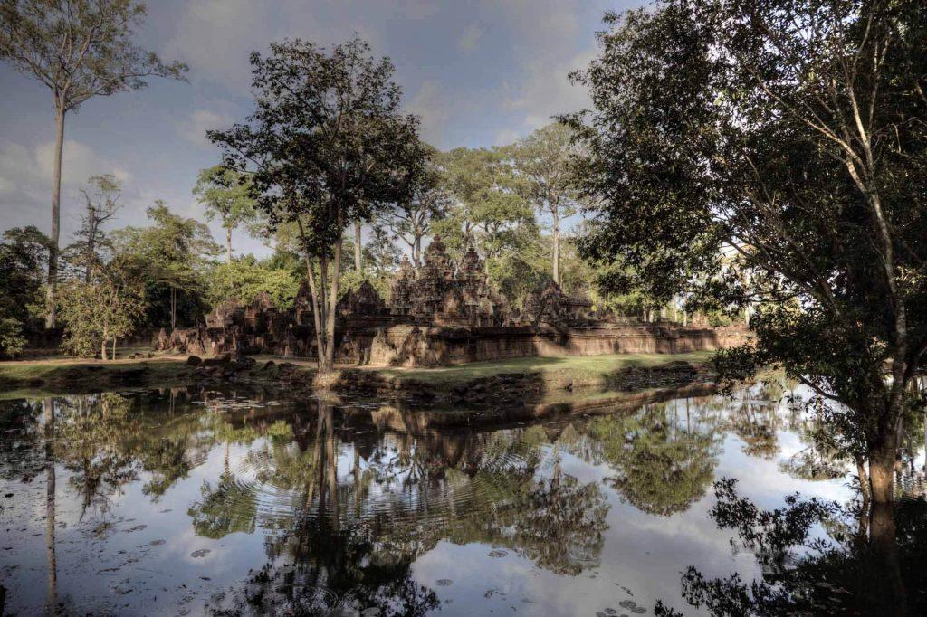 """Banteay Srei liegt ganz idyllisch. Die """"Zitadelle der Frauen"""" ist ein wunderschöner Tempel mit reichlichen Verzierungen."""