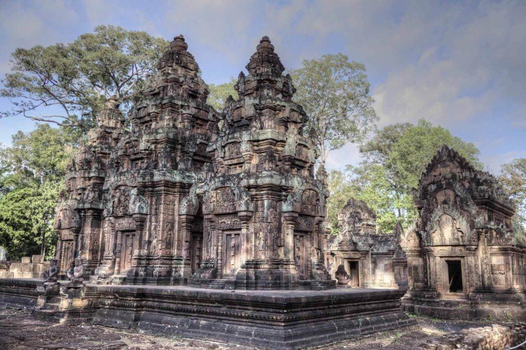 Im Zentrum der kleinen Tempelanlage stehen drei Türme, die Prasat genannt werden. Banteay Srei liegt rund 23 Kilometer nordöstlich von Angkor Wat.