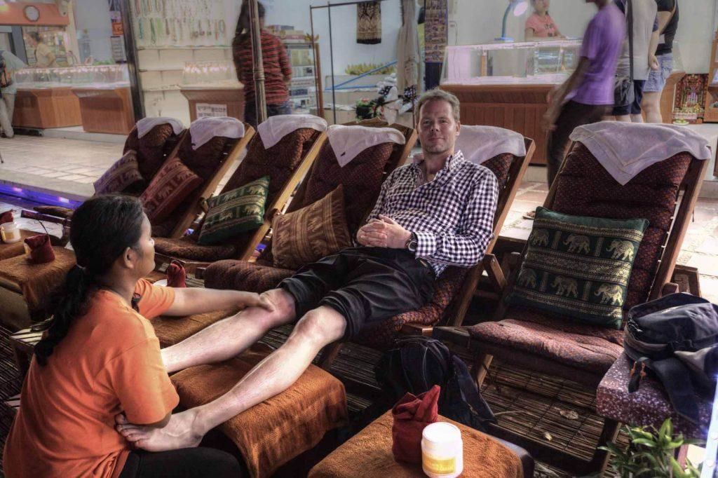 Fussmassage in Siem Reap. Michi lässt sich die Strapazen des Tages aus den Beinen streichen.