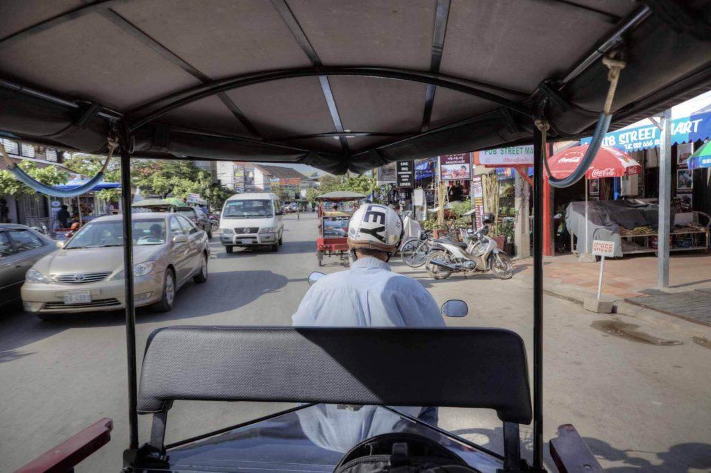 Unterwegs im TukTuk in Siem Reap, der Hauptstadt der gleichnamigen Provinz. Siem Reap ist der beste Ausgangspunkt für eine ausgiebige Erkundung der Tempel von Angkor.
