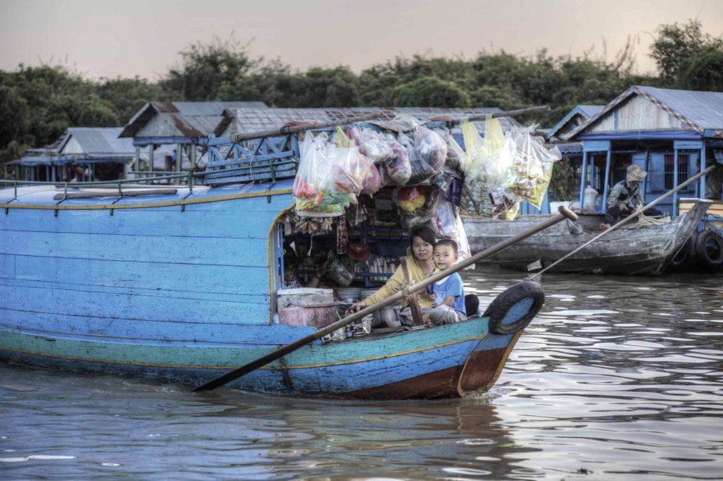 Schwimmender Kiosk: Die Menschen hier leben am, vom und auf dem Tonle-Sap-See.