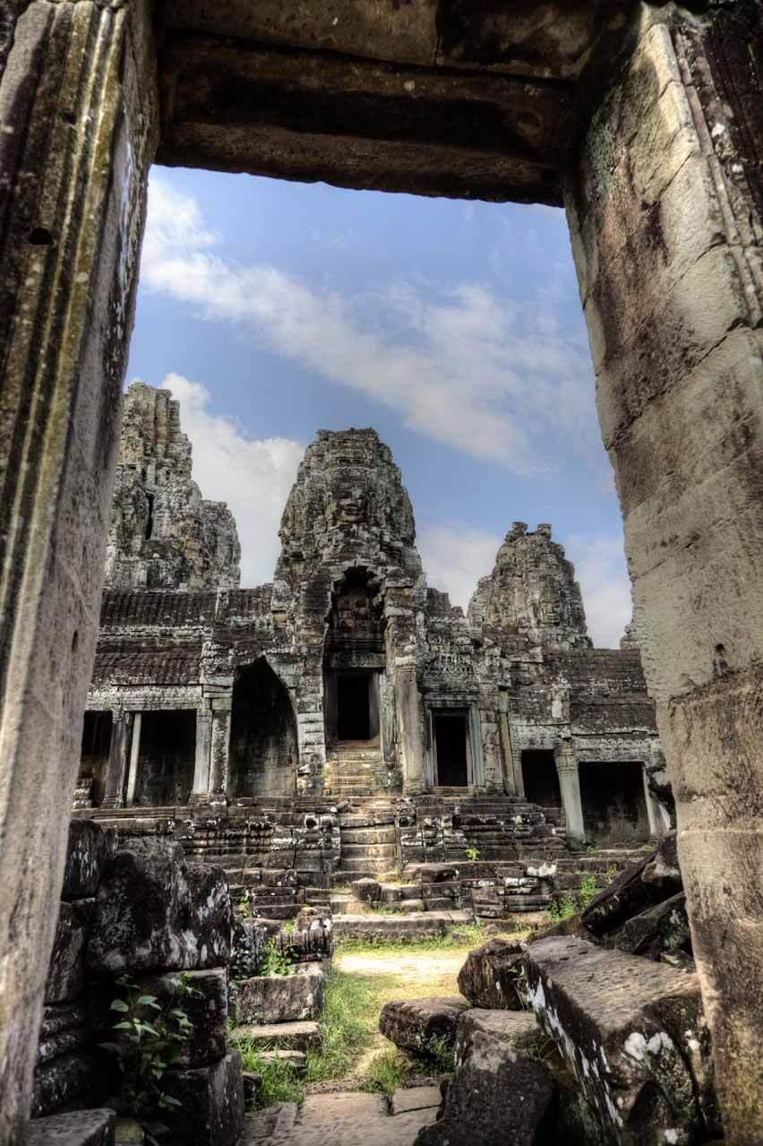 Bayon Tempel in Angkor Thom - Ansicht durch Torbogen
