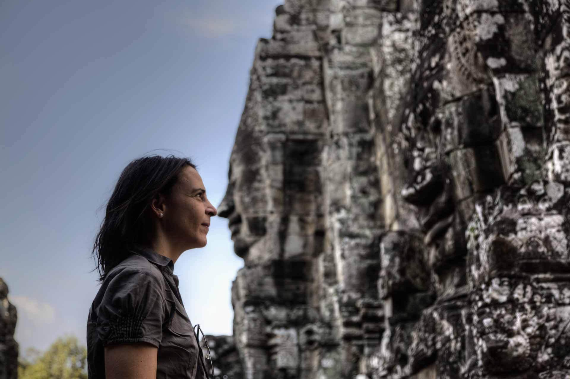 Nikki näselt mit der Steinfigur
