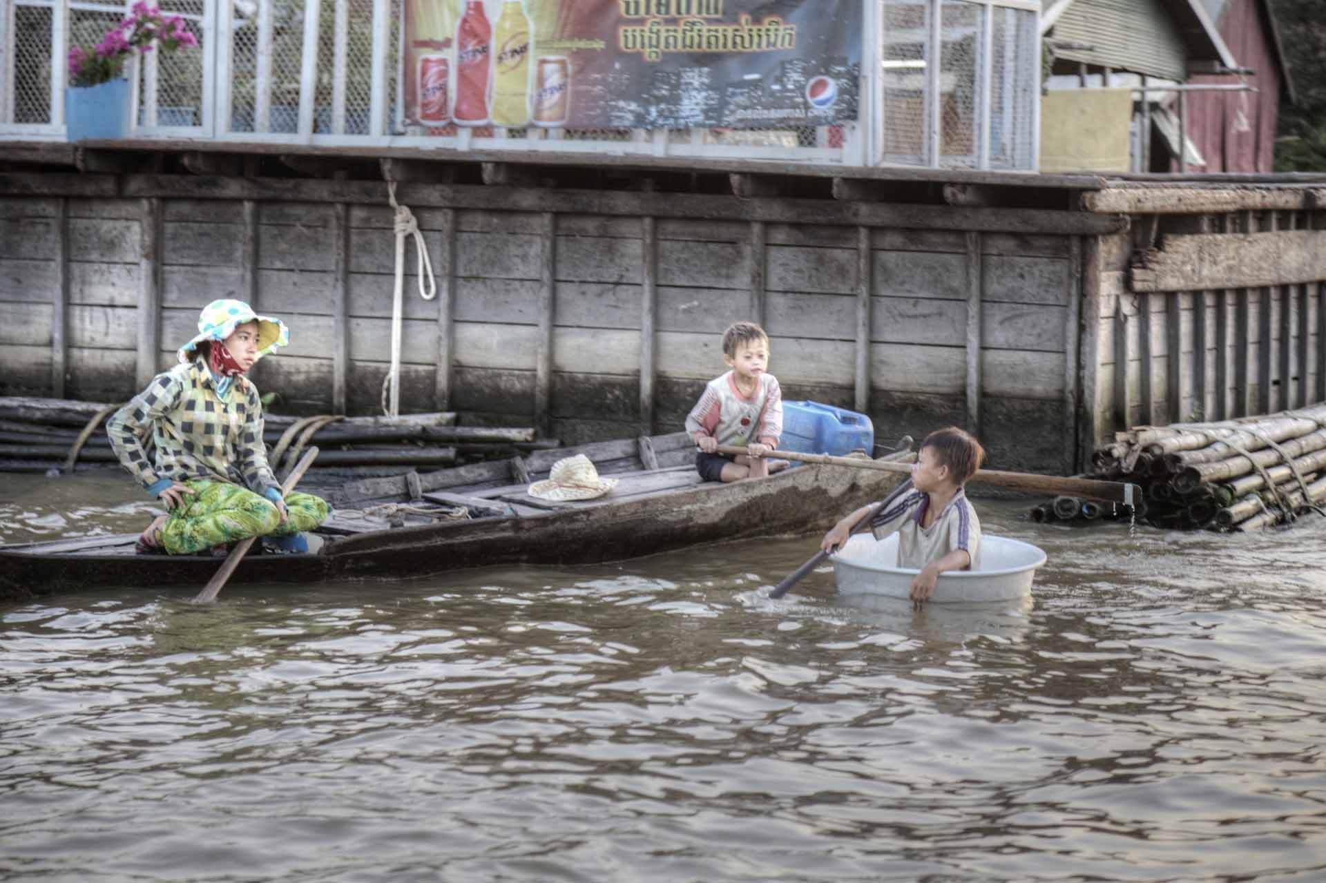 Familie auf einem Kanu am Tonle-Sap-See in Kambodscha