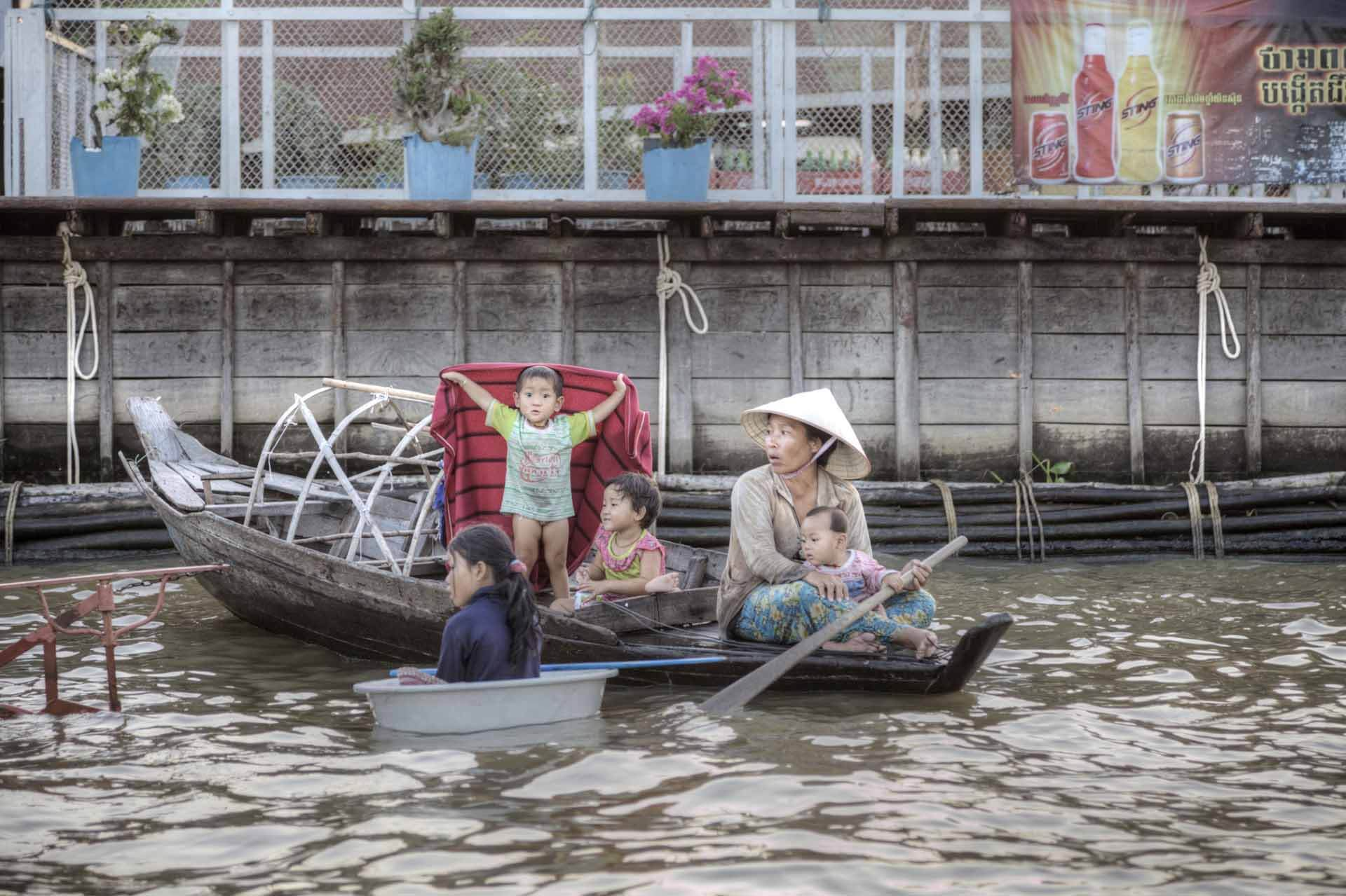 Boat People: Familie auf einem Kanu am Tonle-Sap-See in Kambodscha