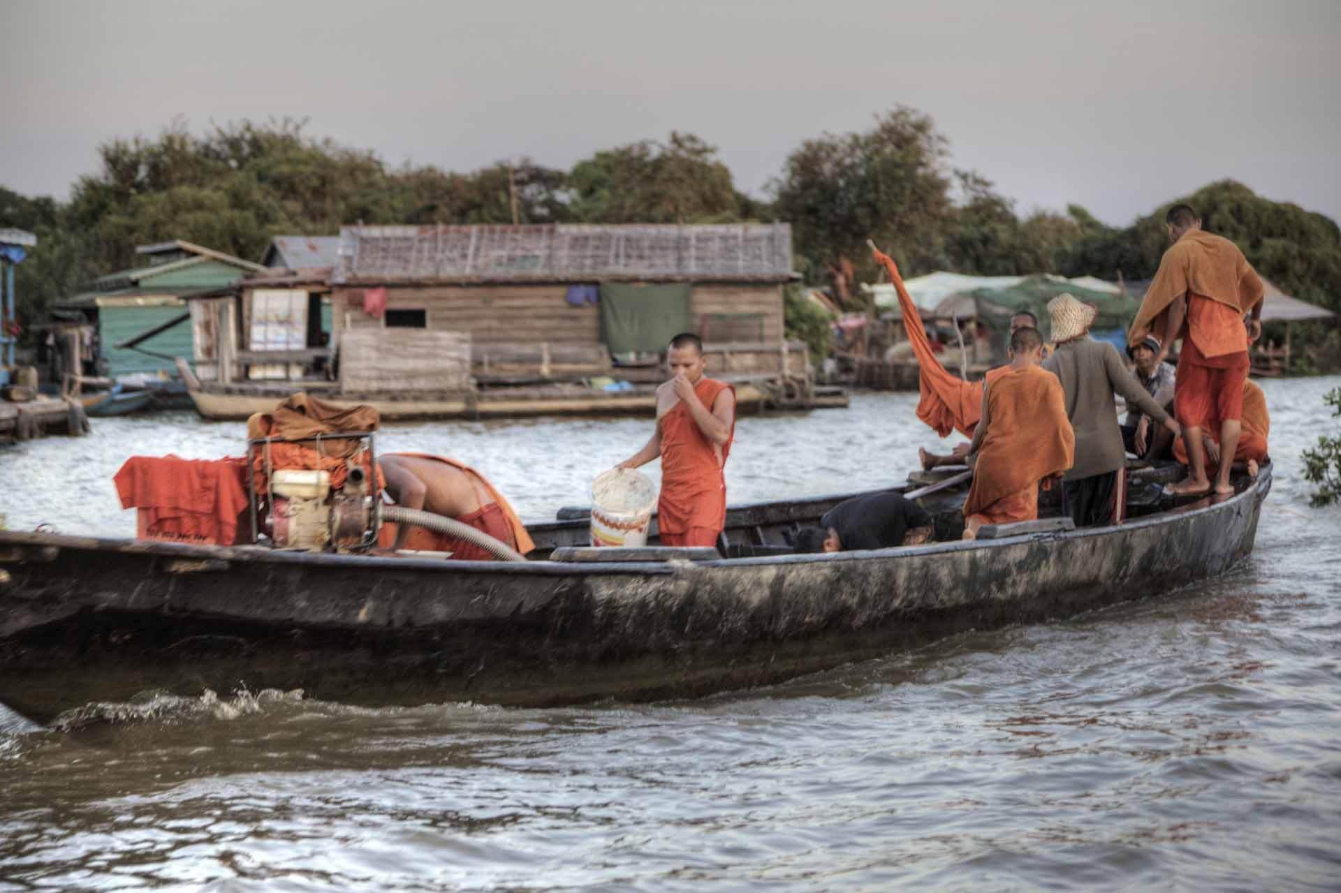 Mönche auf einem Kanu in Kambodscha