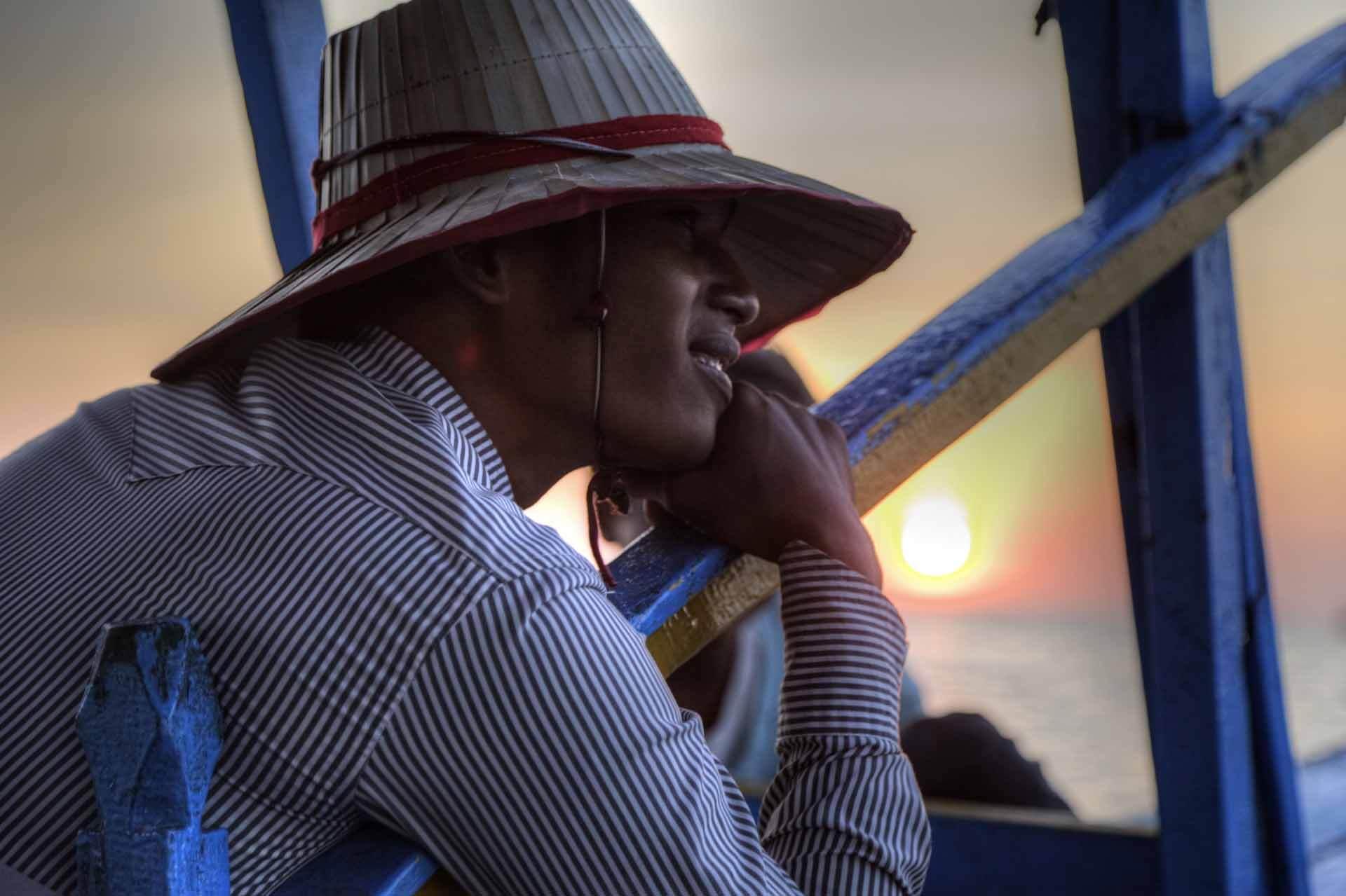 Bootsmann geniesst den Sonnenuntergang auf dem Tonle-Sap-See in Kambodscha