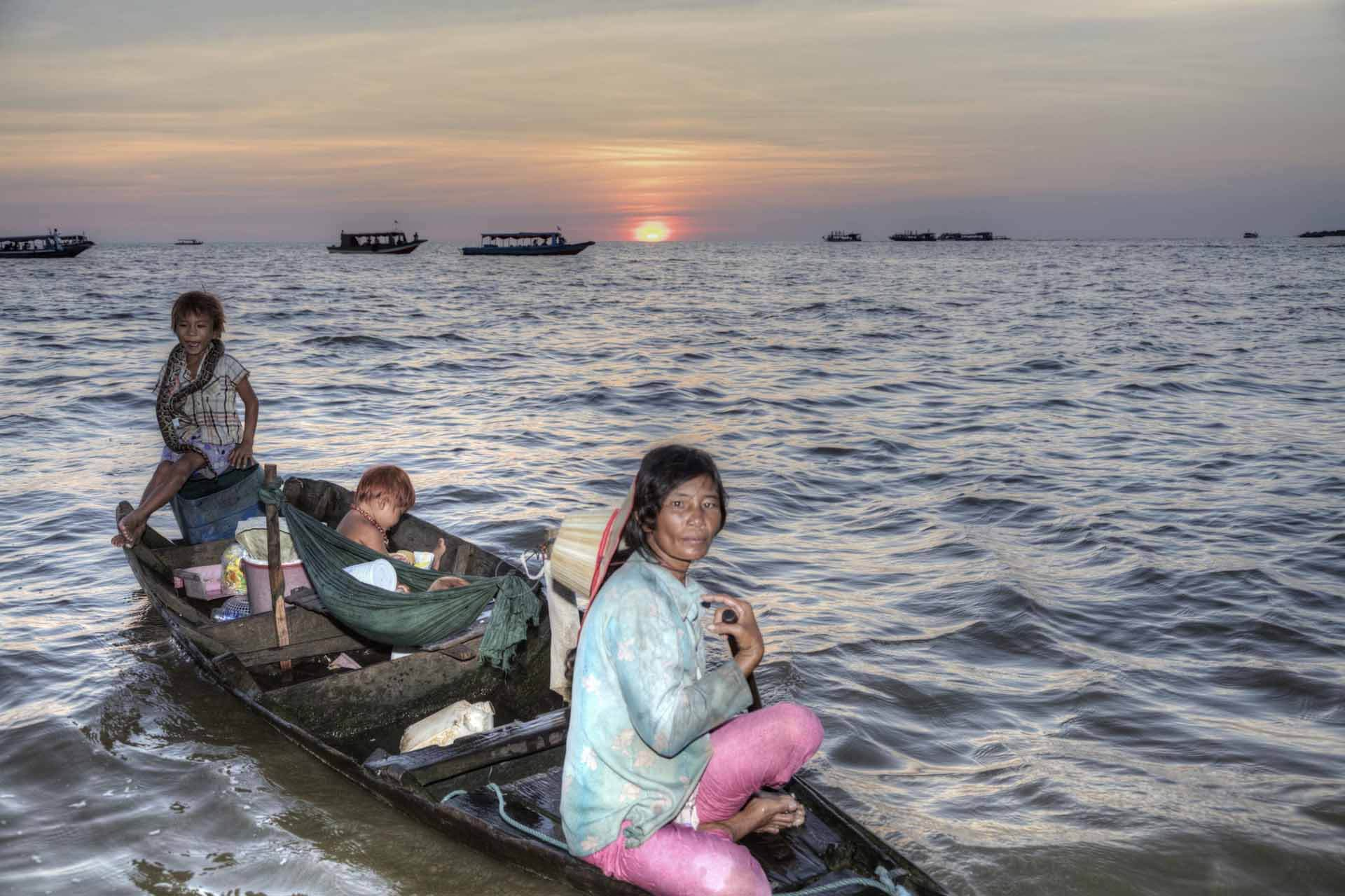 Tonle-Sap-See: Familie im Kanu vor dem Sonnenuntergang